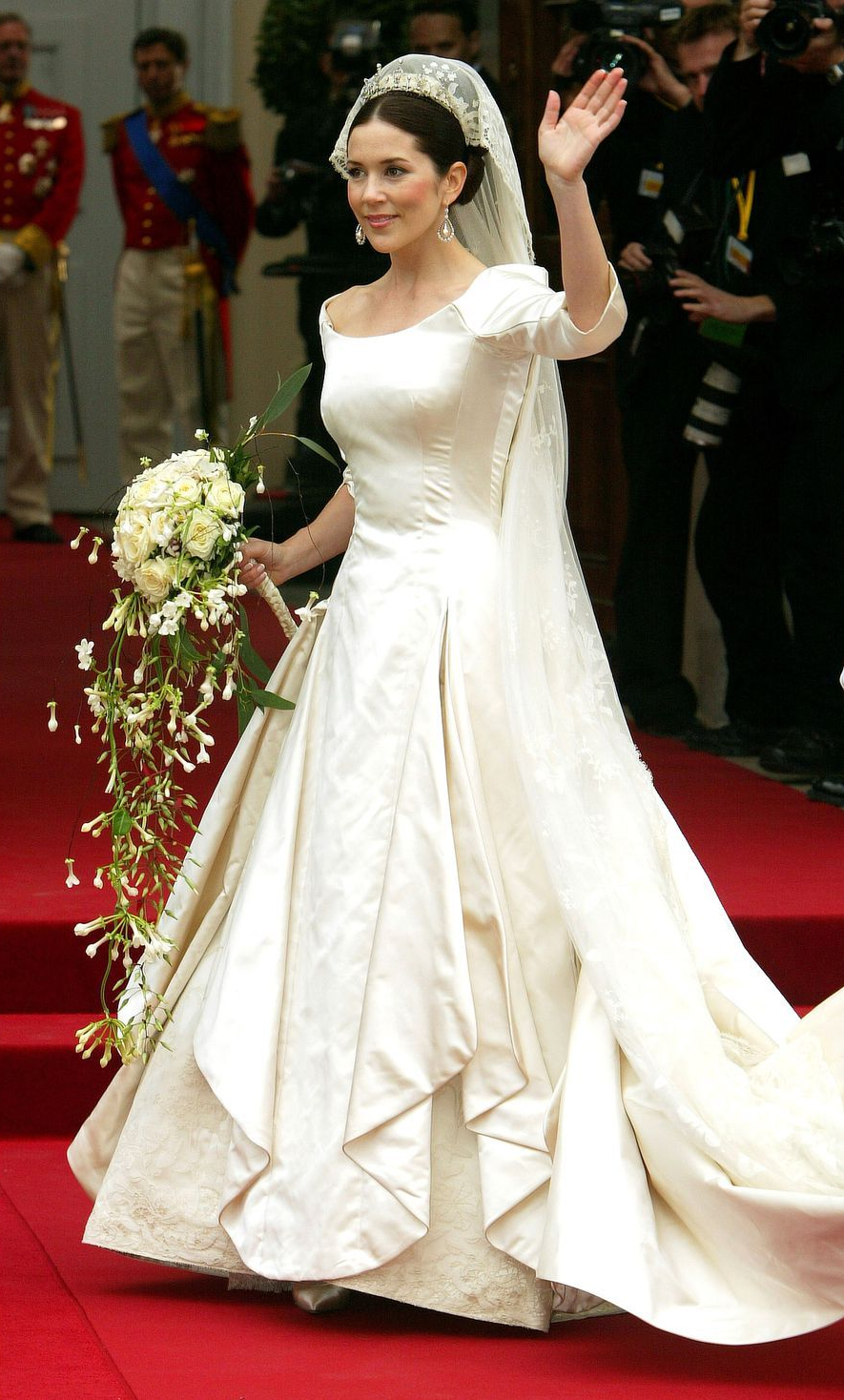 1437675324-hbz-royal-weddings-2004-mary-donaldson-prince-frederik-denmark-gettyimages-50836542