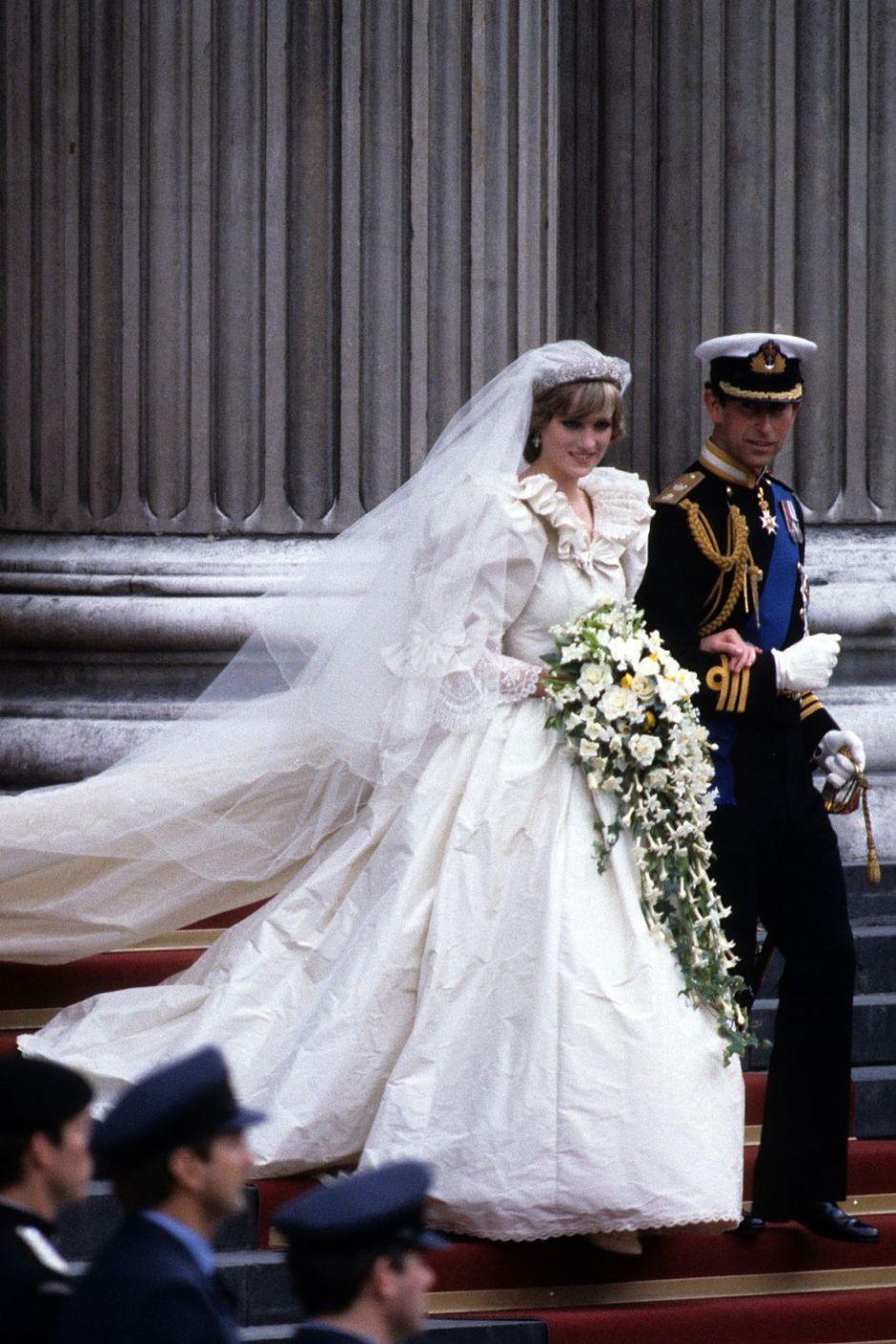 princess-diana-and-prince-charles-of-wales-wedding-dress-1516606110
